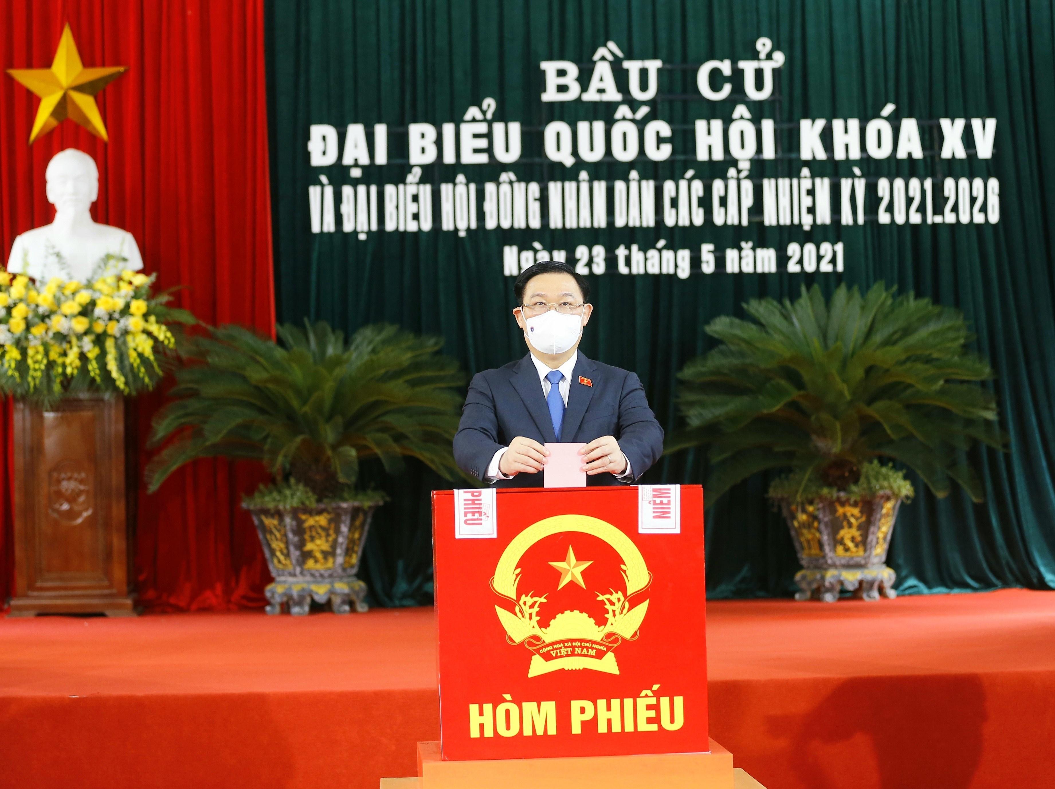 NA Chairman Vuong Dinh Hue comes to poll in Hai Phong hinh anh 1