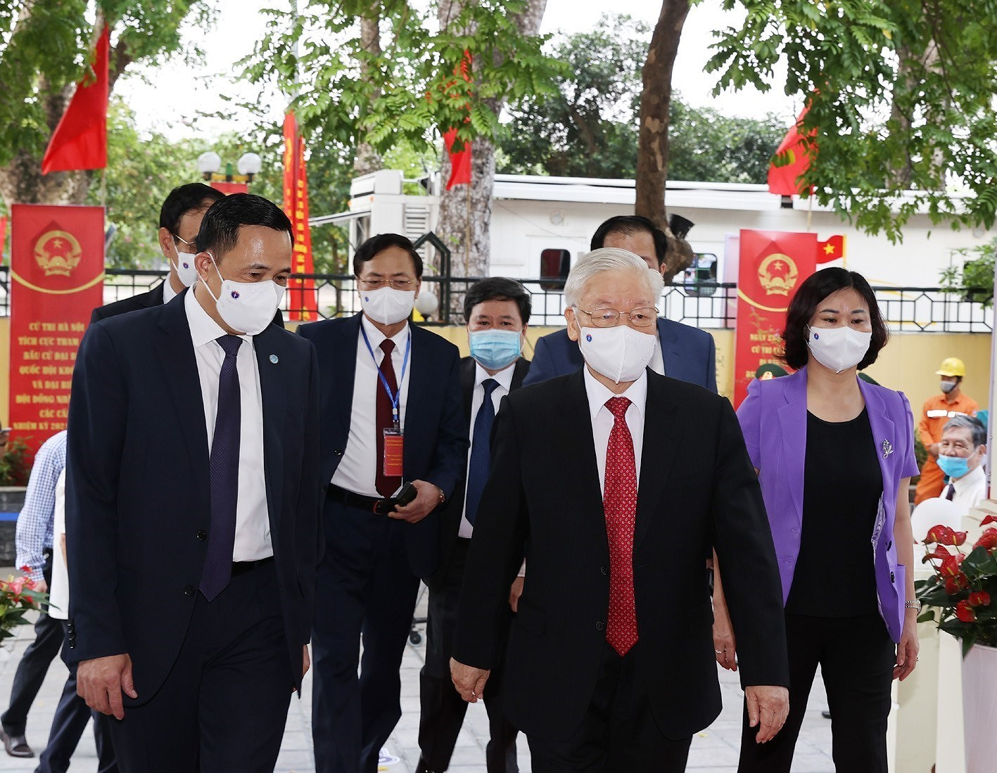 Incumbent, former top officials head to polls in Hanoi hinh anh 2