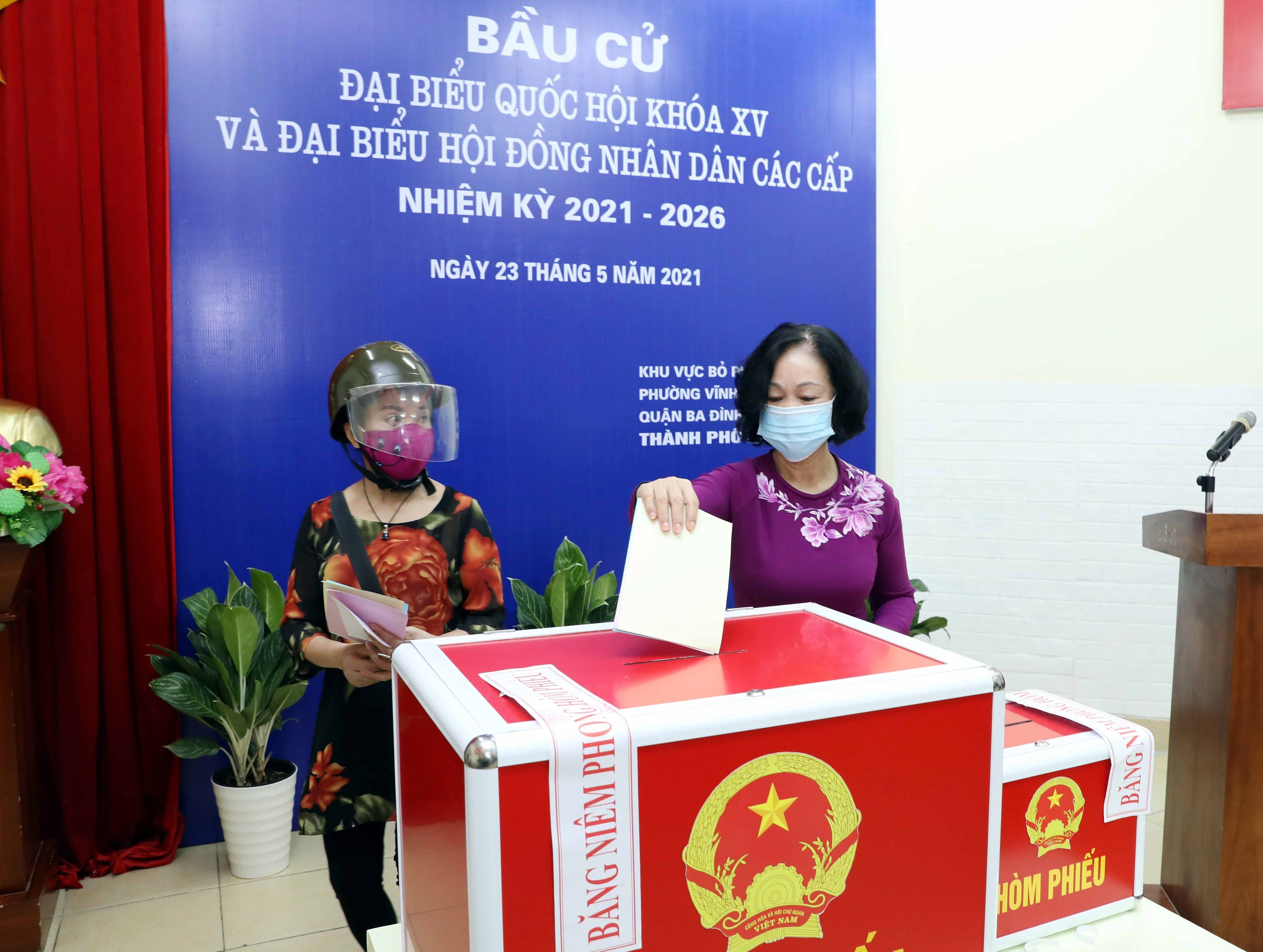 Incumbent, former top officials head to polls in Hanoi hinh anh 1