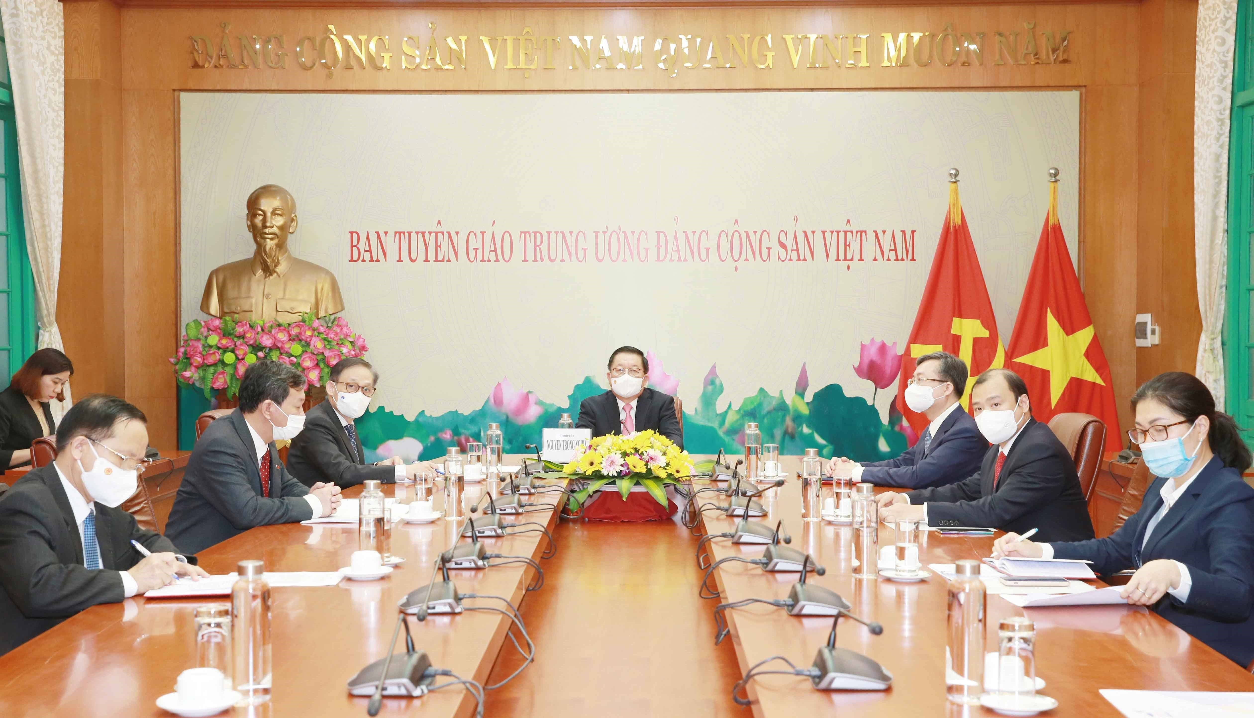 Vietnamese, Lao Party commissions forge cooperation hinh anh 1