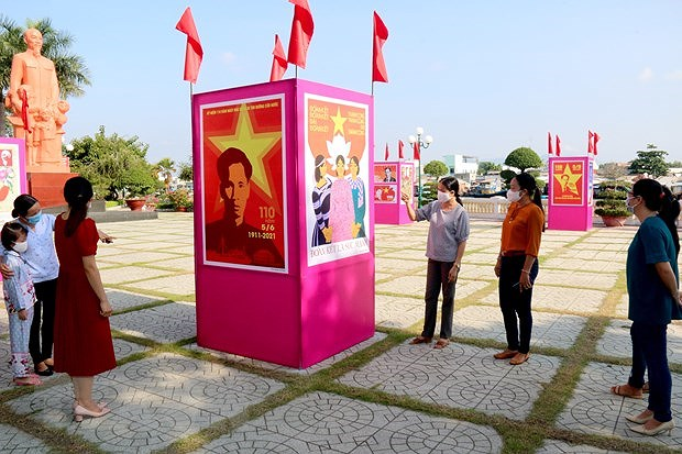 Posters on President Ho Chi Minh's departure to seek ways for nat'l salvation on display hinh anh 1