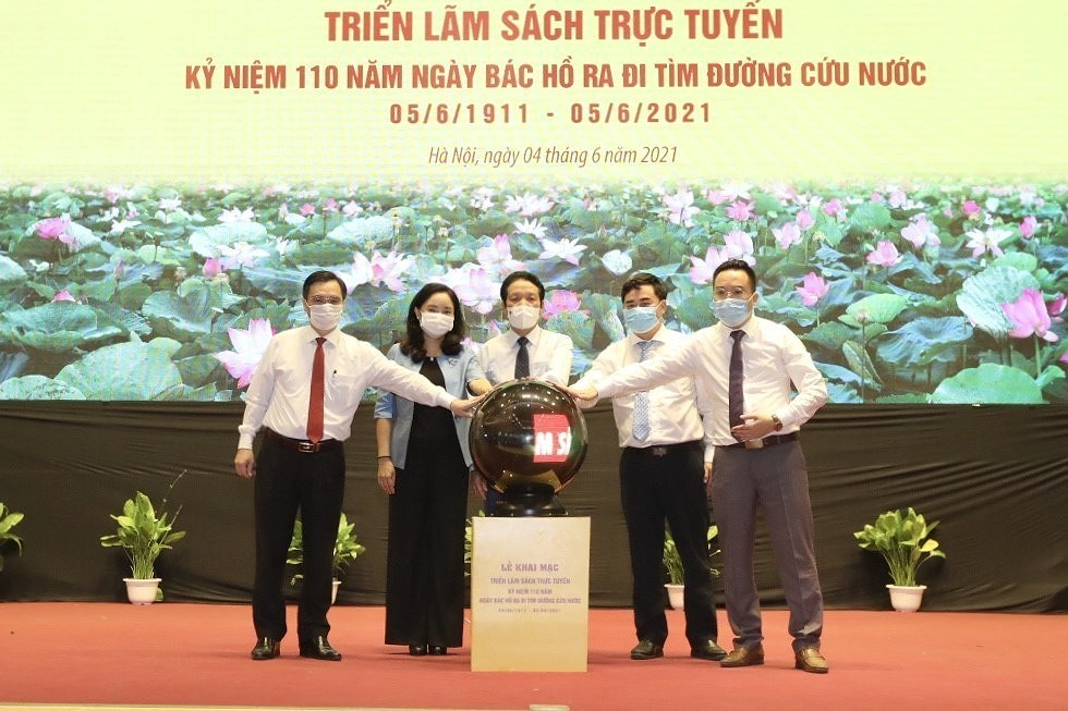 Book fair, expo marks 110th year since Uncle Ho's departure to seek ways of saving nation hinh anh 2