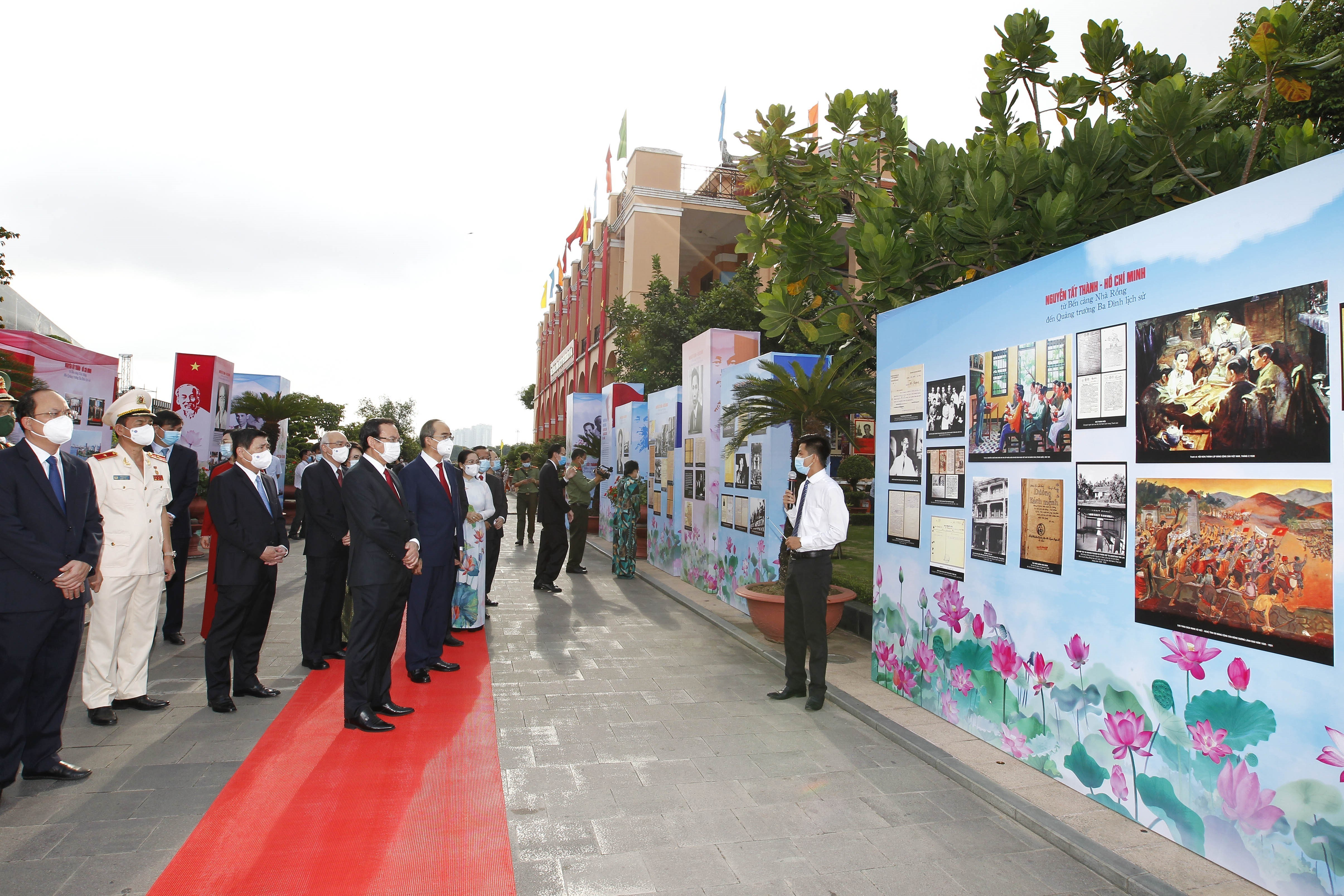 President Ho Chi Minh's departure 110 years ago commemorated in HCM City hinh anh 1
