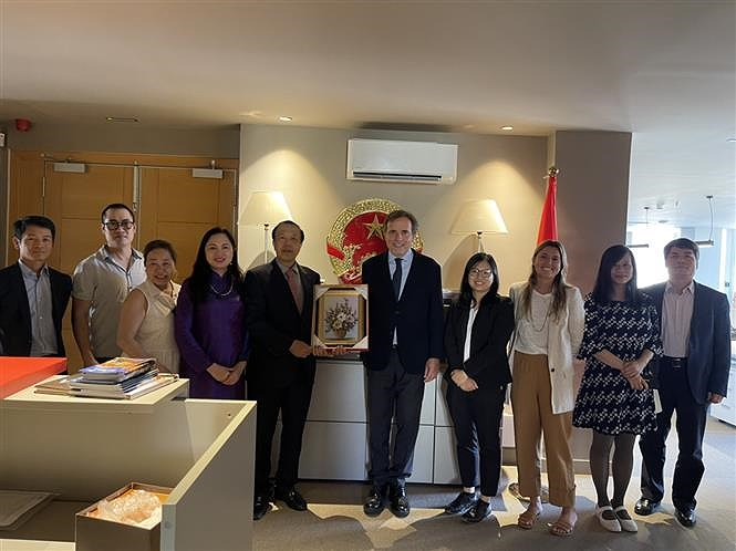 Vietnamese Ambassador to Spain join activities in Barcelona hinh anh 1