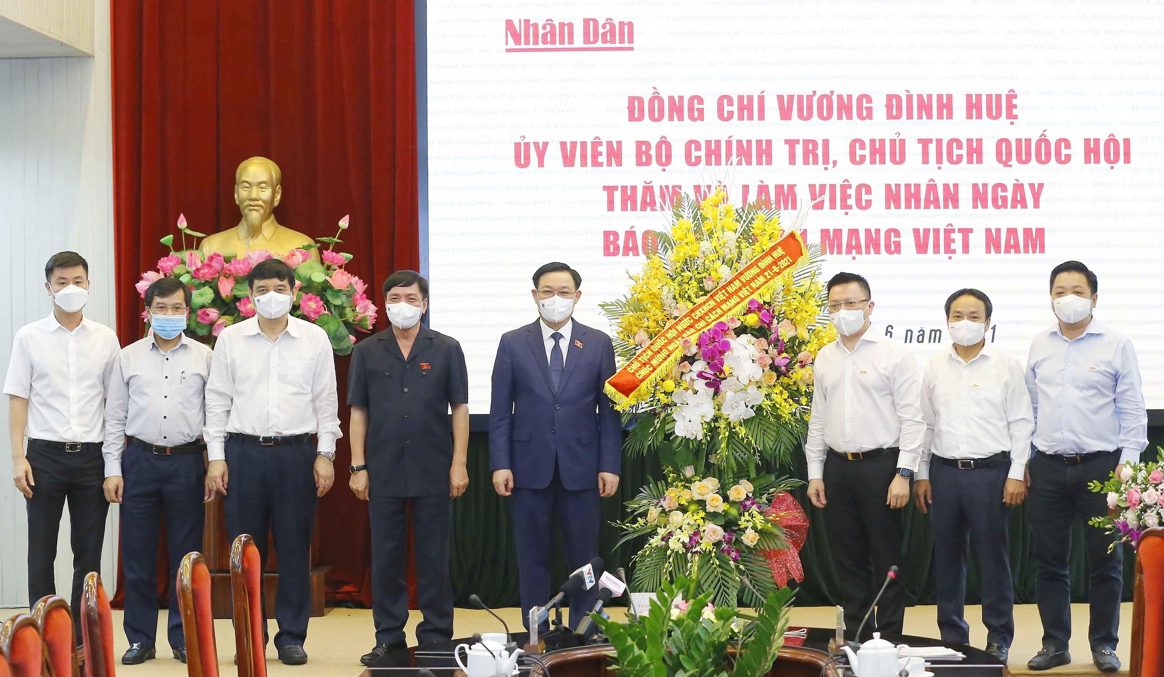 Top legislator visits news outlets on Revolutionary Press Day hinh anh 1