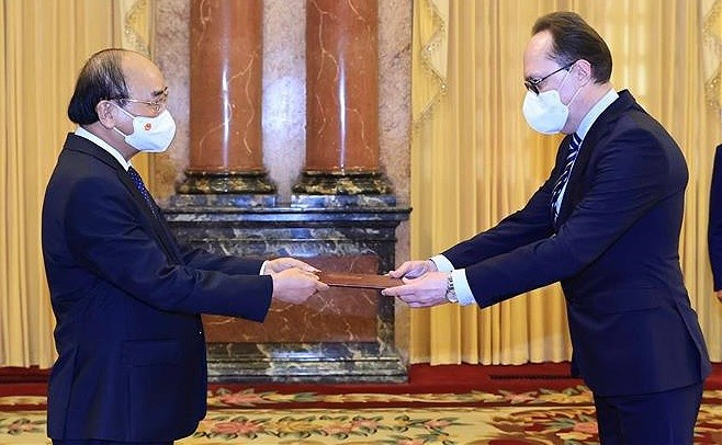 President hosts foreign ambassadors hinh anh 2