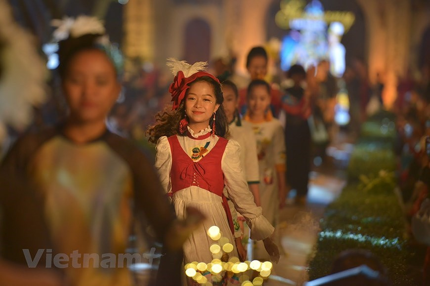 Programme honours beauty of Ao dai hinh anh 9