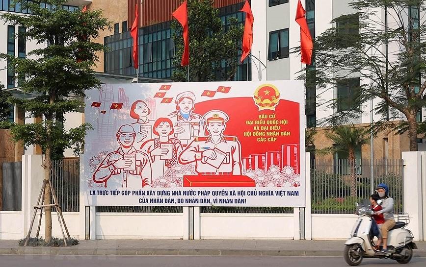 Les rues de Hanoi decorees de panneaux pour saluer les prochaines elections legislatives hinh anh 1