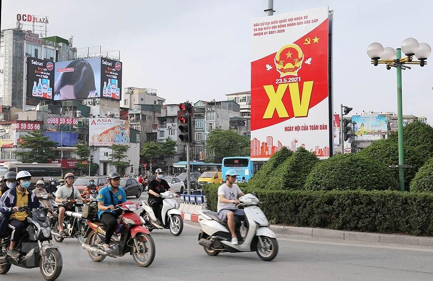 Les rues de Hanoi decorees de panneaux pour saluer les prochaines elections legislatives hinh anh 2