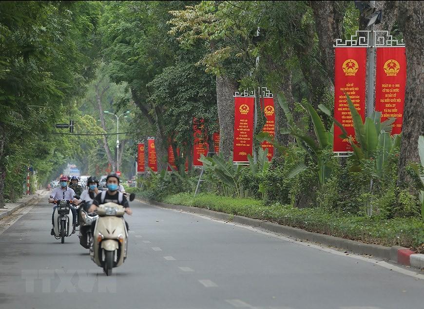 Les rues de Hanoi decorees de panneaux pour saluer les prochaines elections legislatives hinh anh 3