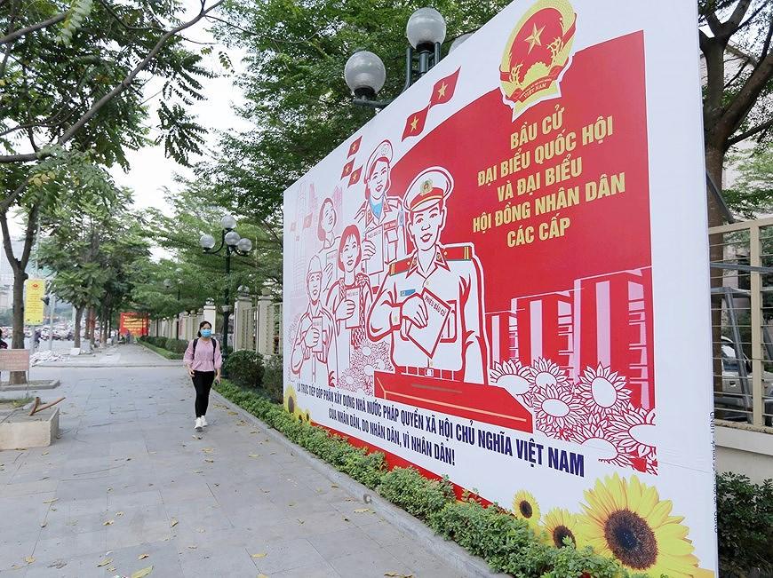 Les rues de Hanoi decorees de panneaux pour saluer les prochaines elections legislatives hinh anh 4