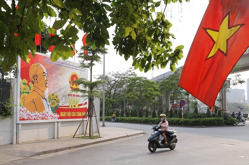 Les rues de Hanoi decorees de panneaux pour saluer les prochaines elections legislatives hinh anh 5