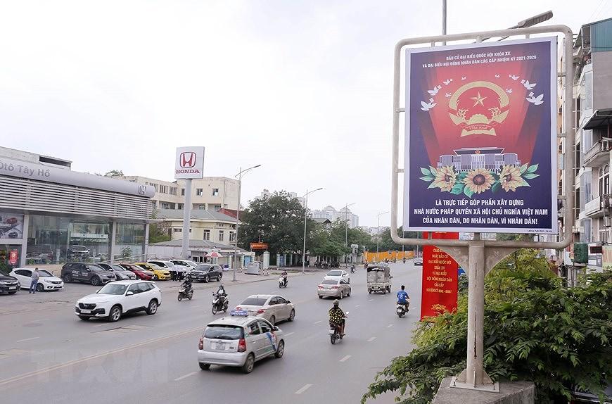 Les rues de Hanoi decorees de panneaux pour saluer les prochaines elections legislatives hinh anh 6