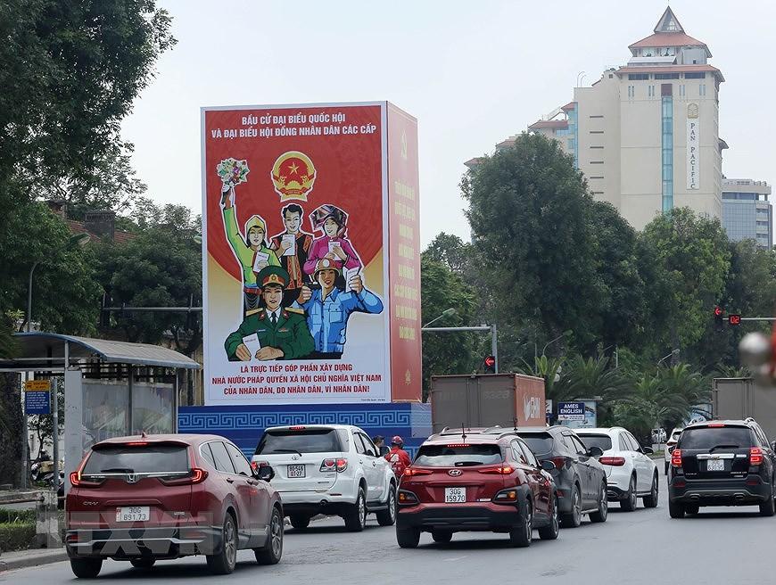 Les rues de Hanoi decorees de panneaux pour saluer les prochaines elections legislatives hinh anh 7