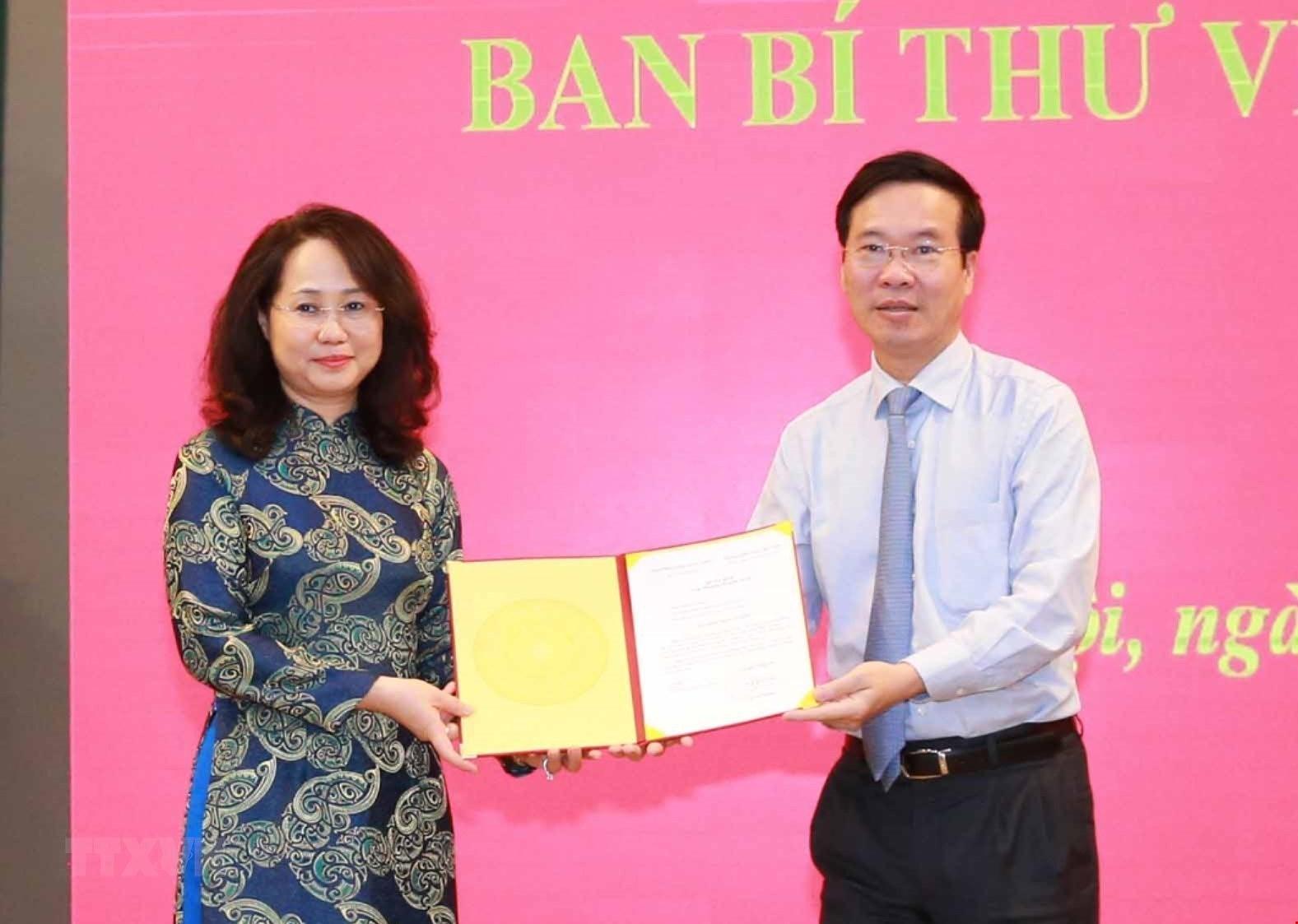 [Photo] Trao quyet dinh bo nhiem Pho Chanh Van phong Trung uong Dang hinh anh 2