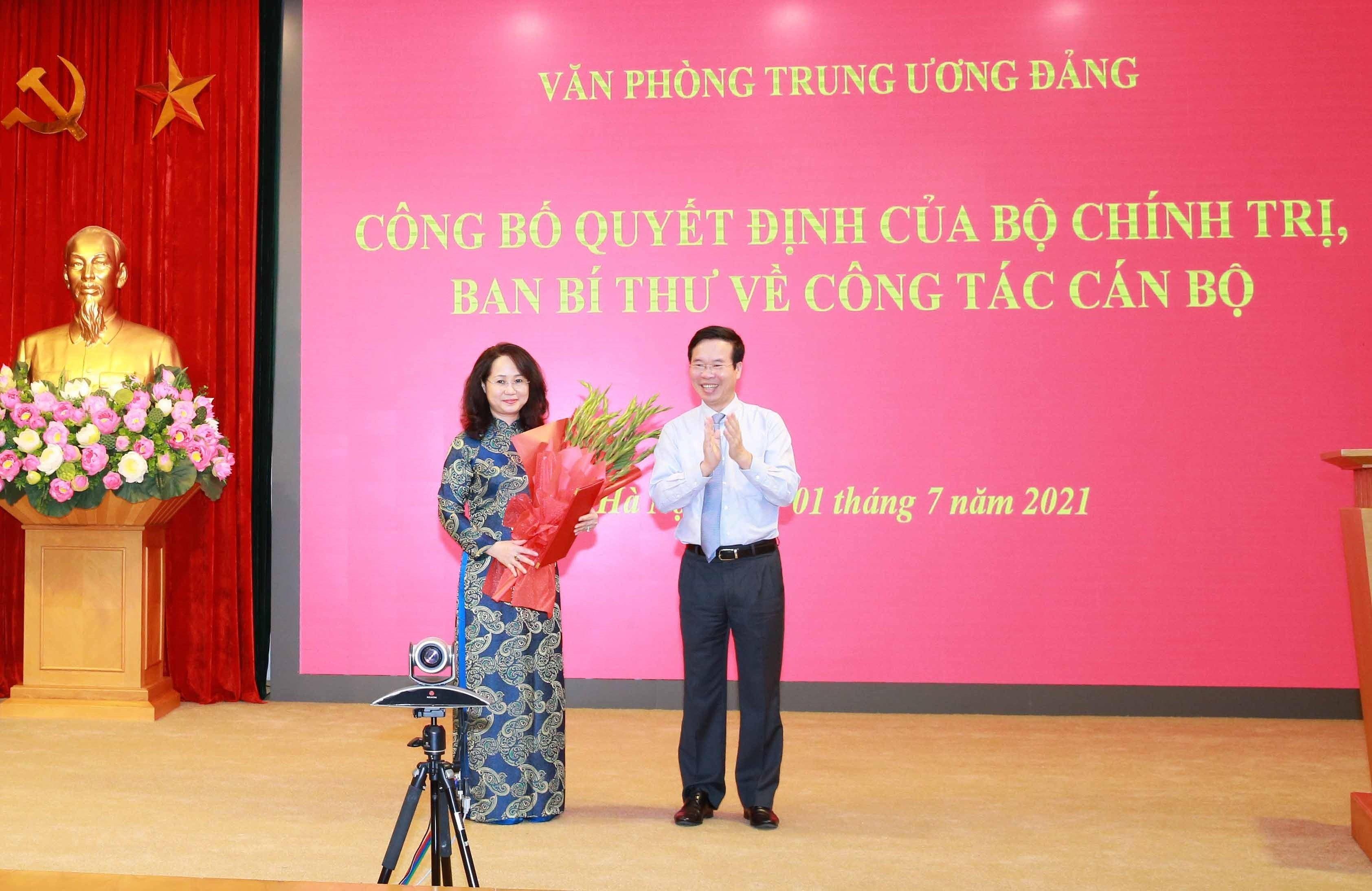 [Photo] Trao quyet dinh bo nhiem Pho Chanh Van phong Trung uong Dang hinh anh 1