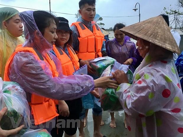 Luu hoc sinh Viet tai Trung Quoc trao qua tet cho nguoi dan Tra Leng hinh anh 2
