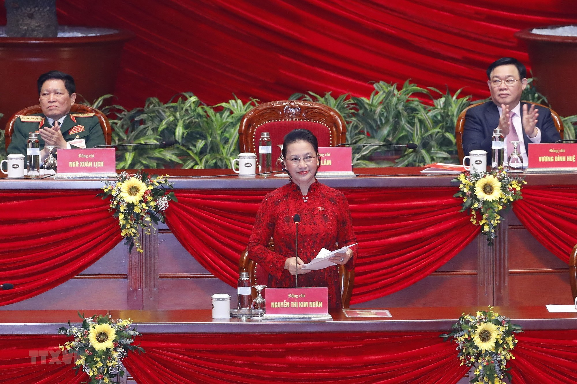 [Photo] Ban Chap hanh Trung uong Dang khoa XIII ra mat Dai hoi hinh anh 4