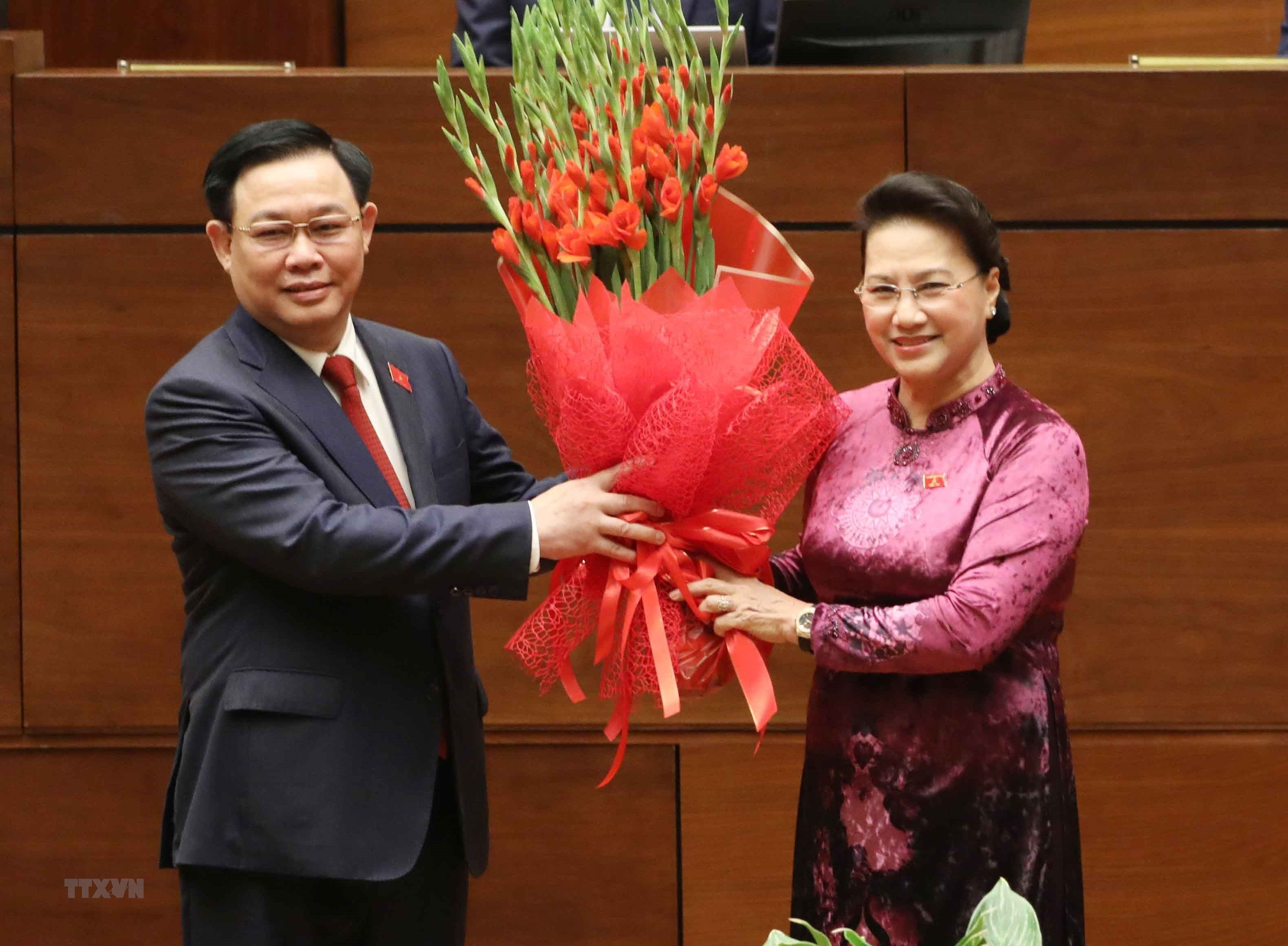 [Photo] Chu tich Quoc hoi Vuong Dinh Hue tuyen the nham chuc hinh anh 10