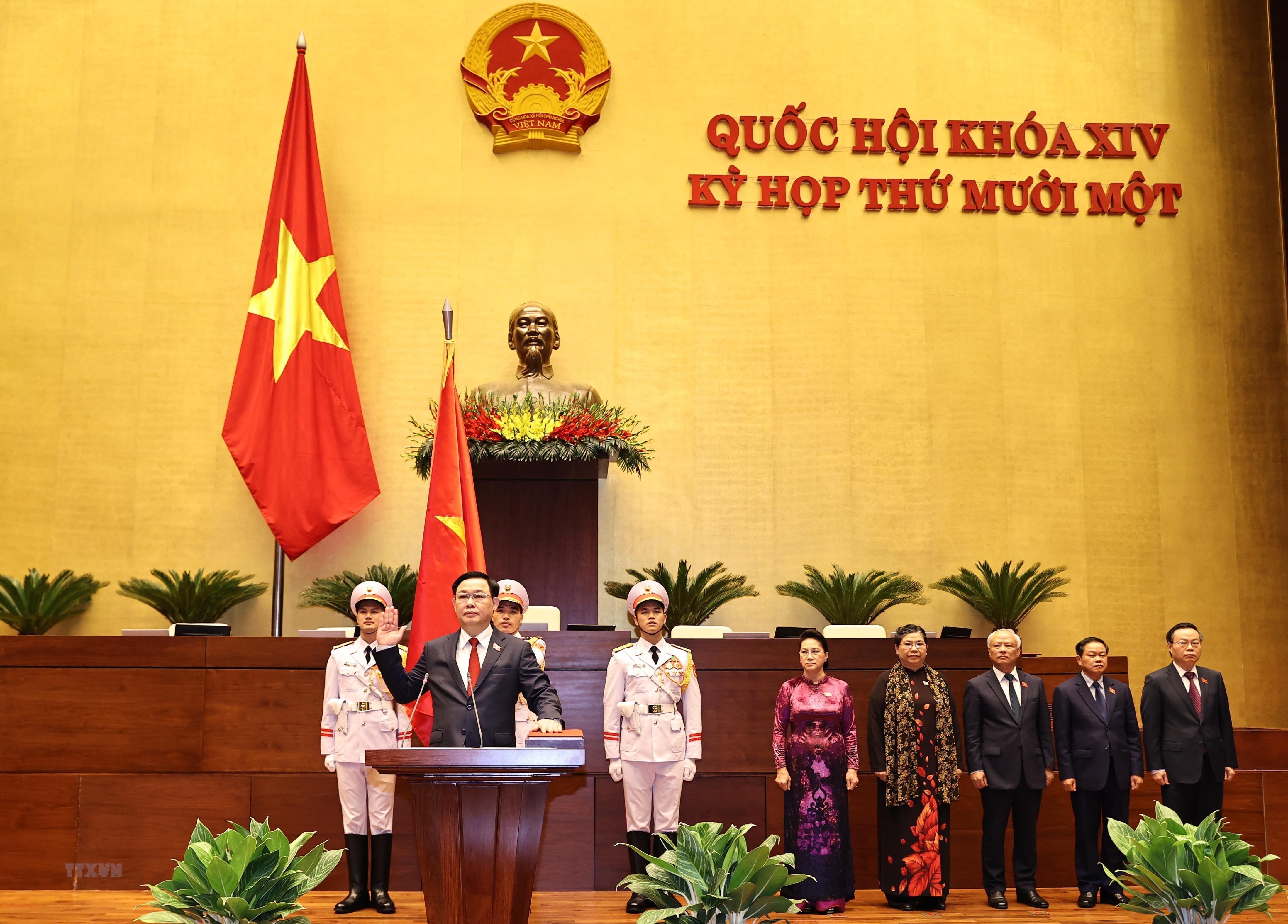 [Photo] Chu tich Quoc hoi Vuong Dinh Hue tuyen the nham chuc hinh anh 3
