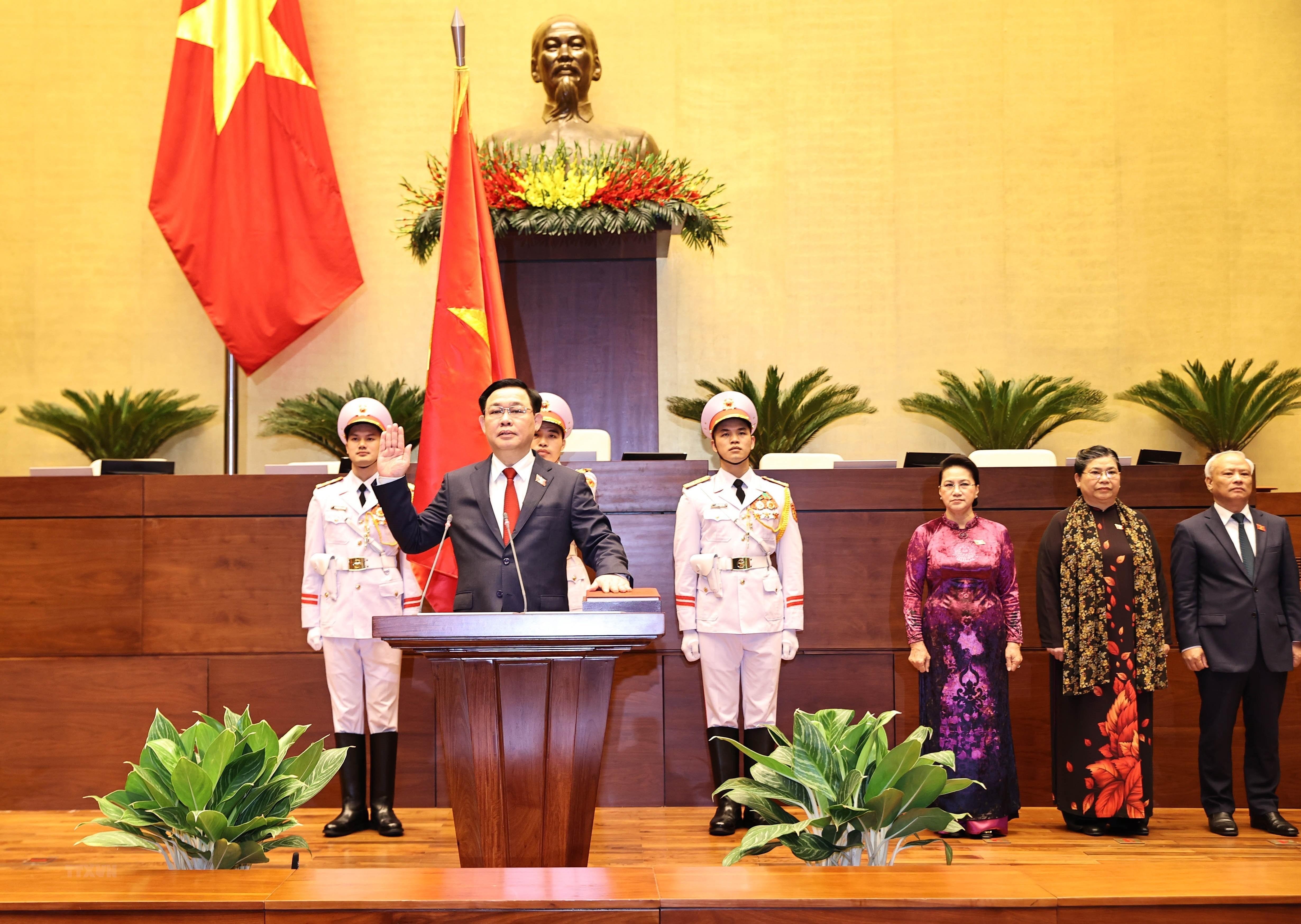 [Photo] Chu tich Quoc hoi Vuong Dinh Hue tuyen the nham chuc hinh anh 4