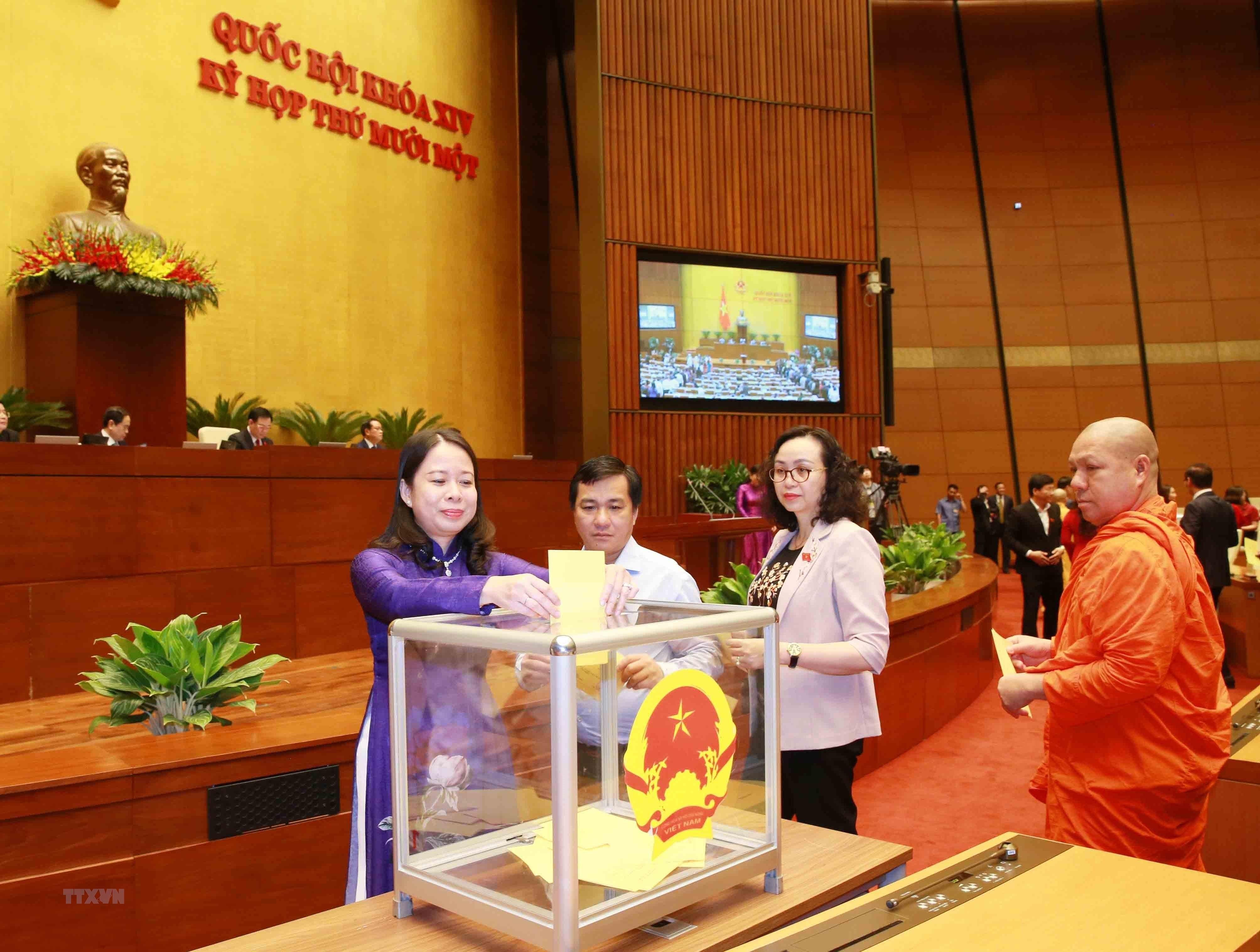 [Photo] Quoc hoi tien hanh quy trinh bo phieu bau Chu tich nuoc hinh anh 10