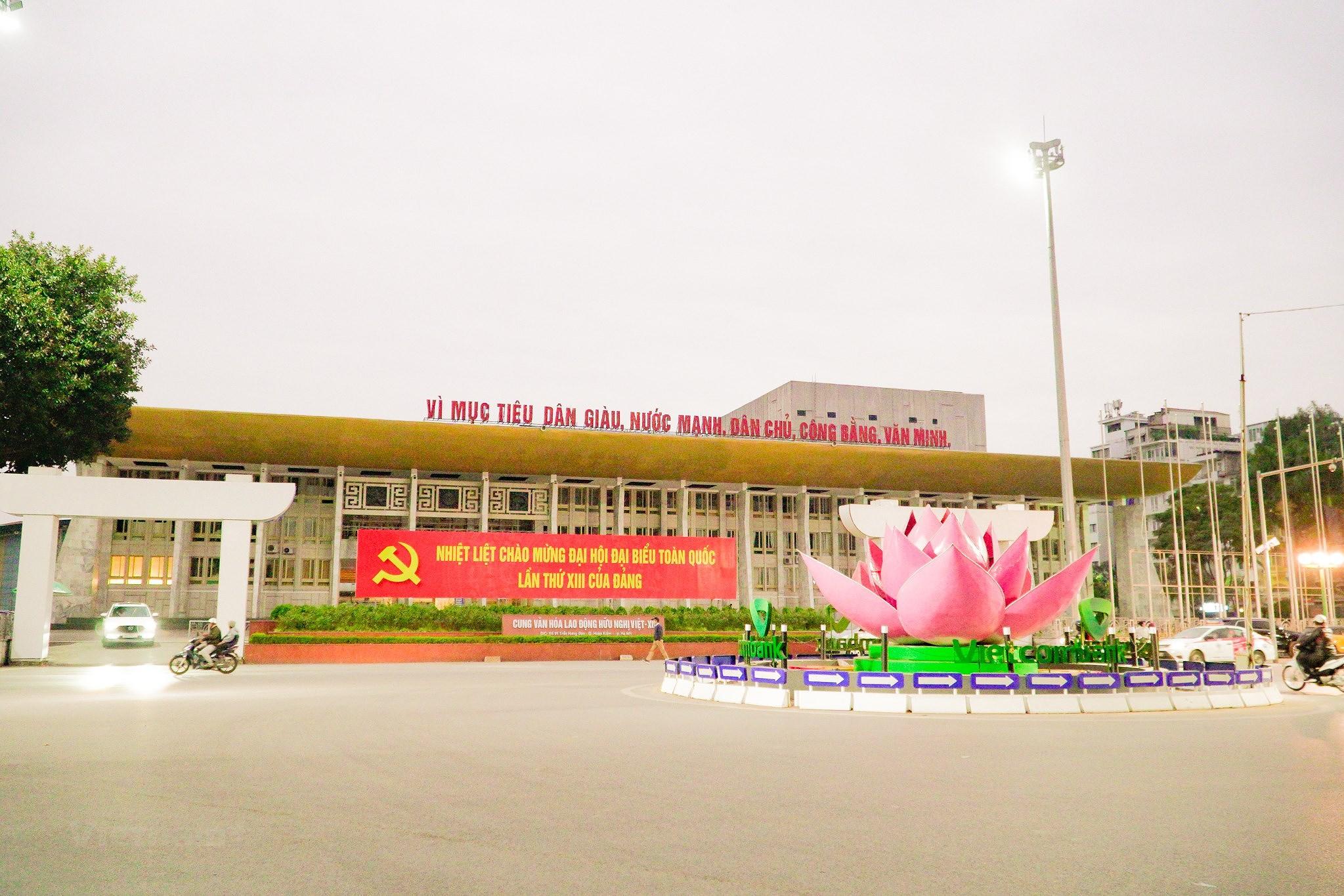 [Photo] Pho phuong Thu do trang hoang chao mung Dai hoi Dang XIII hinh anh 2