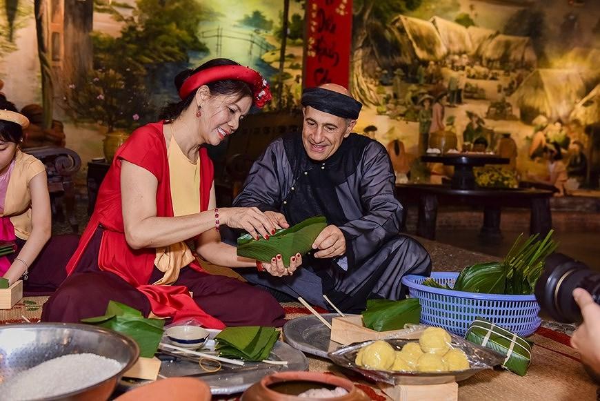 组图:国际朋友对越南传统春节和包粽子习惯颇感兴趣 hinh anh 1