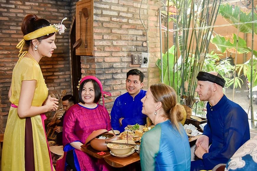 组图:国际朋友对越南传统春节和包粽子习惯颇感兴趣 hinh anh 9
