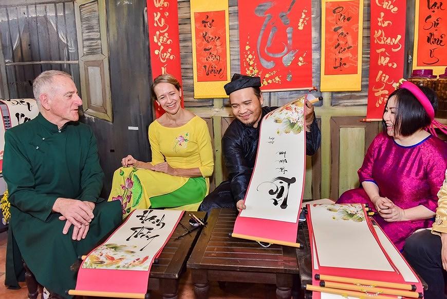 组图:国际朋友对越南传统春节和包粽子习惯颇感兴趣 hinh anh 2