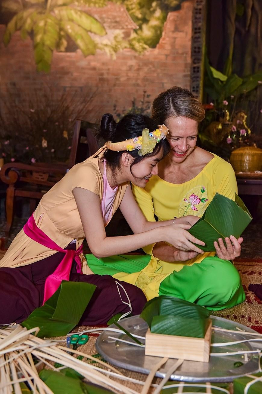 组图:国际朋友对越南传统春节和包粽子习惯颇感兴趣 hinh anh 3