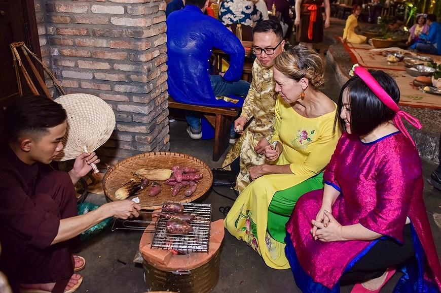 组图:国际朋友对越南传统春节和包粽子习惯颇感兴趣 hinh anh 4