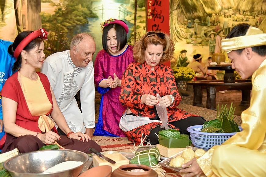 组图:国际朋友对越南传统春节和包粽子习惯颇感兴趣 hinh anh 6
