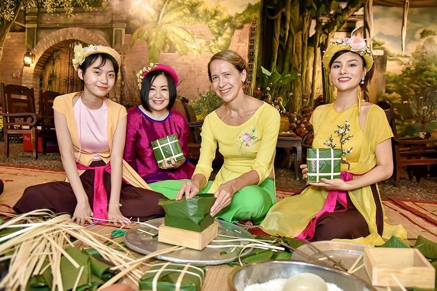 组图:国际朋友对越南传统春节和包粽子习惯颇感兴趣 hinh anh 7