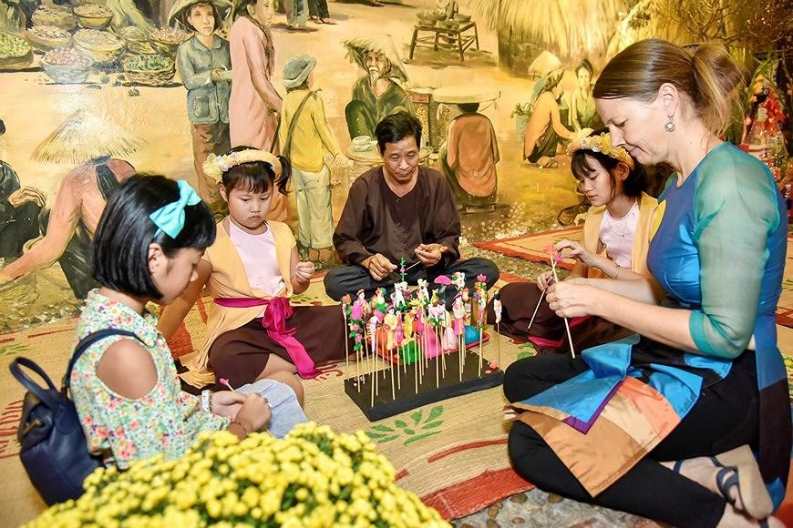 组图:国际朋友对越南传统春节和包粽子习惯颇感兴趣 hinh anh 8