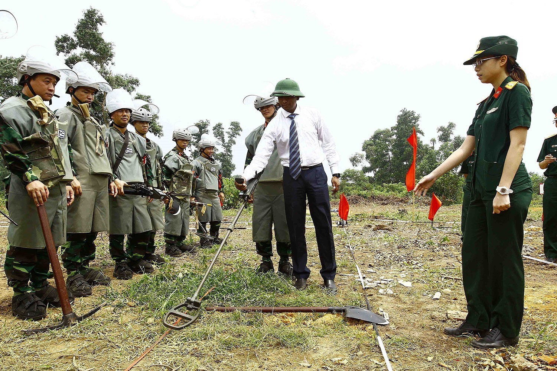 组图:国际提高地雷意识和协助地雷行动日:越南致力于克服地雷炸弹后果 hinh anh 7