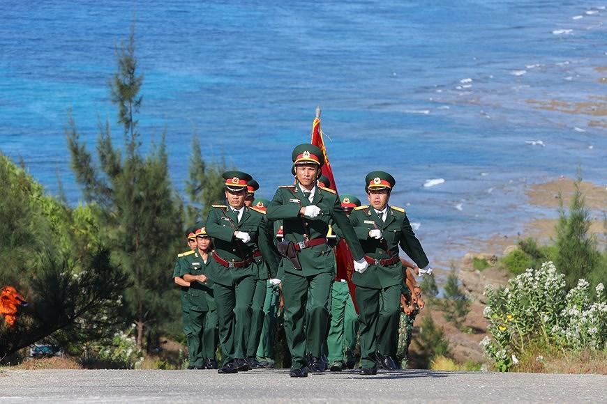 组图:越南国旗在李山岛县泰来峰上迎风飘扬 hinh anh 2