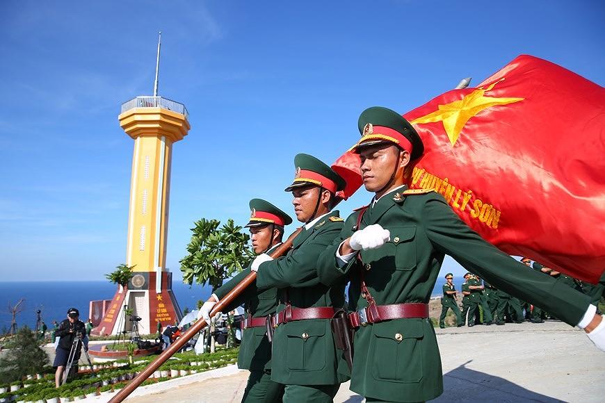 组图:越南国旗在李山岛县泰来峰上迎风飘扬 hinh anh 3