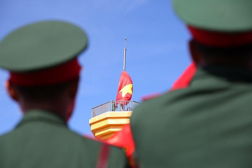 组图:越南国旗在李山岛县泰来峰上迎风飘扬 hinh anh 4