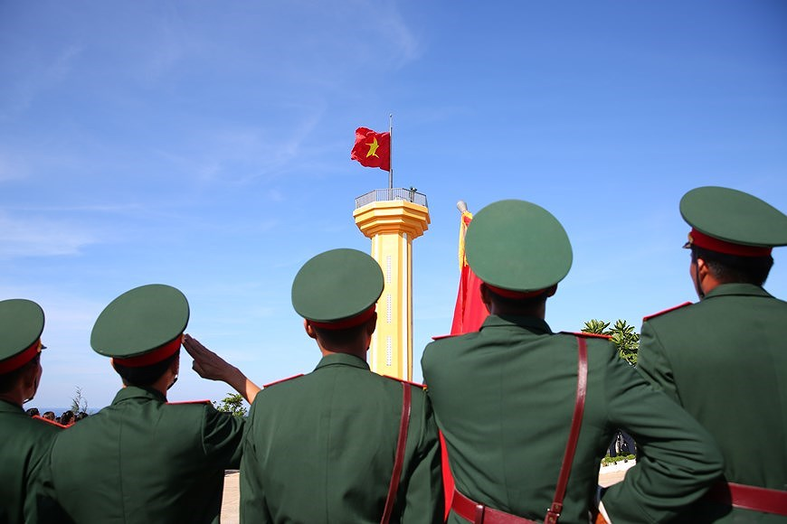 组图:越南国旗在李山岛县泰来峰上迎风飘扬 hinh anh 5