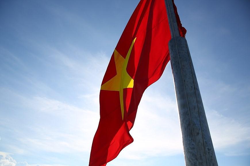 组图:越南国旗在李山岛县泰来峰上迎风飘扬 hinh anh 6