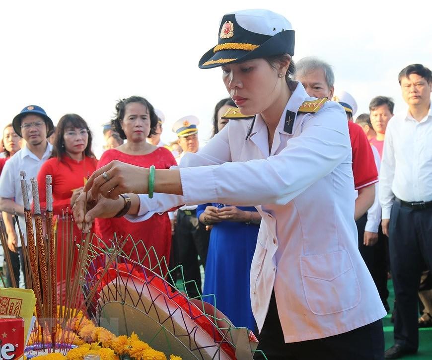 组图:长沙烈士悼念仪式在东海上举行 hinh anh 2