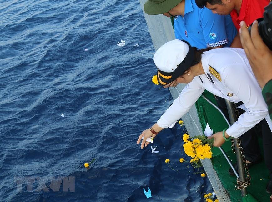 组图:长沙烈士悼念仪式在东海上举行 hinh anh 5
