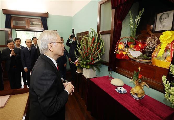 越共中央总书记、国家主席阮富仲在67号房向胡志明主席上香 hinh anh 1