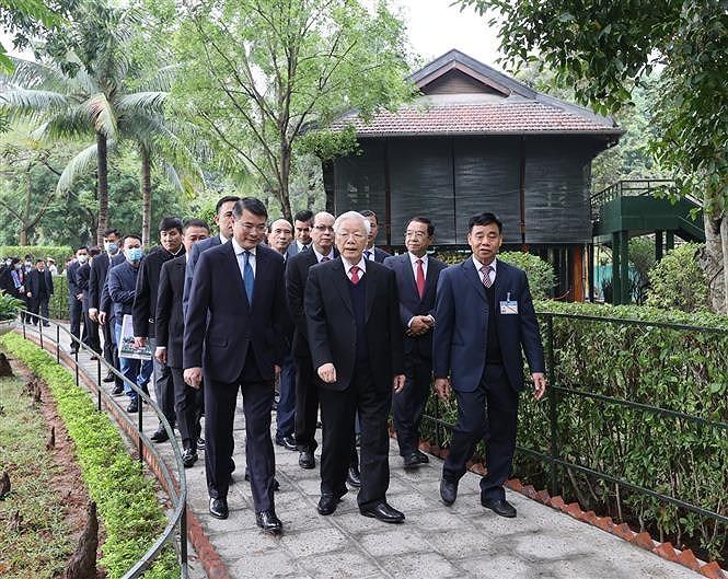 越共中央总书记、国家主席阮富仲在67号房向胡志明主席上香 hinh anh 2
