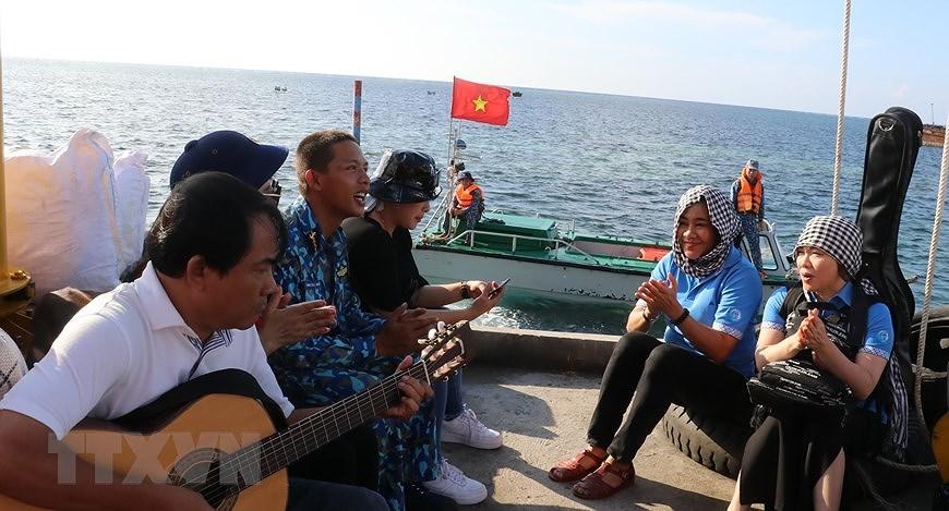 Sacred national flag on Truong Sa archipelago hinh anh 3