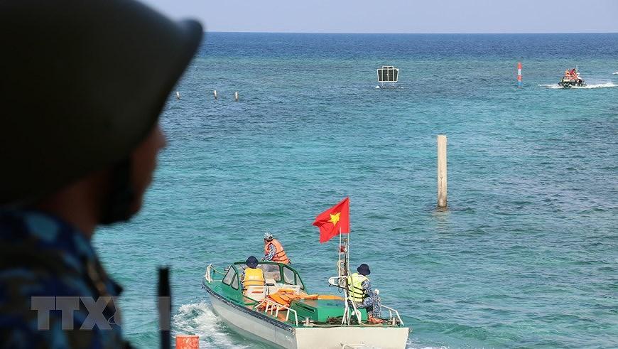 Sacred national flag on Truong Sa archipelago hinh anh 6