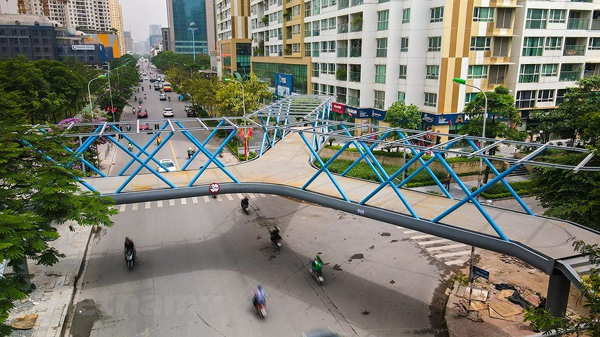 Y-shaped pedestrian overpass in Hanoi hinh anh 2