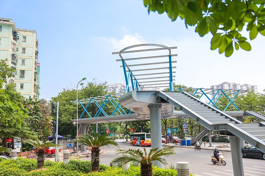 Y-shaped pedestrian overpass in Hanoi hinh anh 5