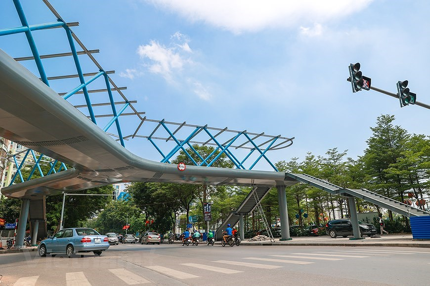 Y-shaped pedestrian overpass in Hanoi hinh anh 7